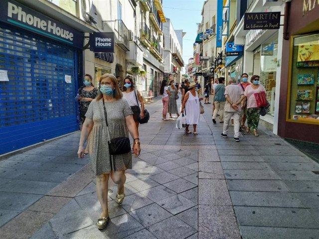 Archivo - Personas con mascarilla en la calle Santa Eulalia de Mérida