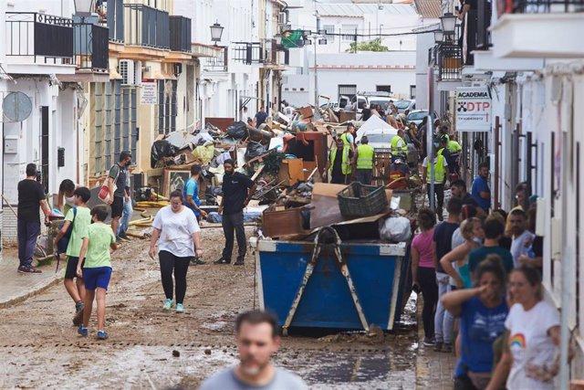 Tareas de limpieza en las calles del pueblo al día siguiente del temporal de lluvia que sufrió la provincia de Huelva a 24 de septiembre 2021 en Lepe (Huelva, Andalucía) .El temporal de lluvias registrado este jueves ha provocado graves inundaciones en ce