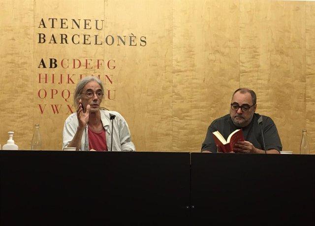 El poeta Enric Casasses i l'editor Jordi Cornudella, en la presentació de 'Soliloquis de niygui-nyogui'