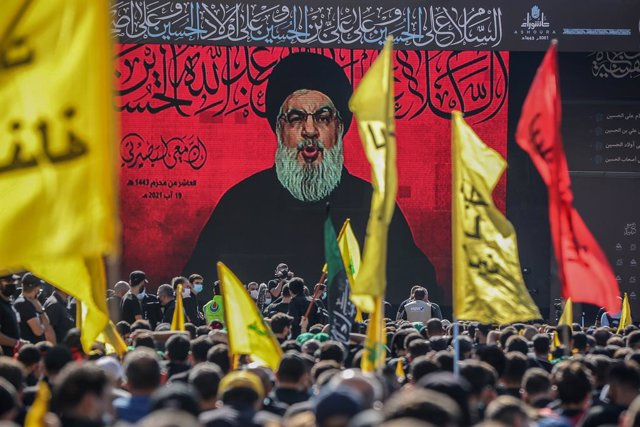 Archivo - 19 August 2021, Lebanon, Beirut: Sayed Hassan Nasrallah, Secretary-General of Shia Islamist political party Hezbollah, is seen on a giant screen giving a speech to his supporters during a rally in Beirut southern suburb on Ashura Day, on the 10t