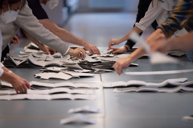 26 September 2021, Berlin: Election workers count ballots for the 2021 German Parliamentary election at a polling station in Berlin. Photo: Sebastian Gollnow/dpa
