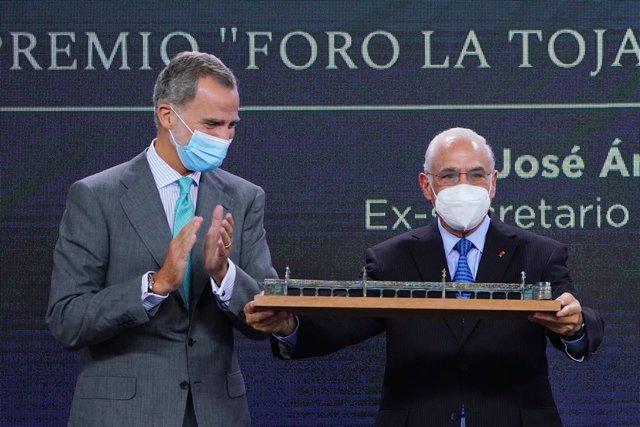 El Rey Felipe VI (i) entrega el premio Vínculo Atlántico al ex secretario general de la OCDE y exministro en su país, Ángel Gurría (d), en la inauguración del III Foro La Toja-Vínculo Atlántico en O Grove, a 29 de septiembre de 2021, en O Grove, Pontevedr