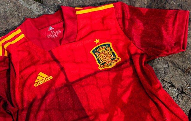 La RFEF subastará las camisetas de la selección española firmadas por los jugadores para apoyar a los afectados por la erupción del volcán en La Palma.