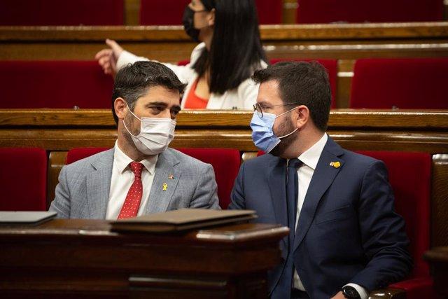 El president de la Generalitat, Pere Aragonès (d), i el vicepresident, Jordi Puigneró (e), al Parlament