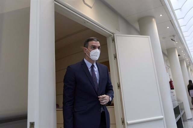 Archivo - El presidente del Gobierno, Pedro Sánchez, se dirige a una sesión de control al Ejecutivo en el Senado, a 13 de abril de 2021, en Madrid (España).