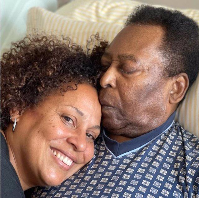 Pelé es abrazado por su hija Kely