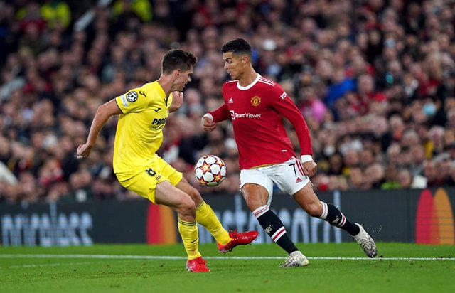 29 September 2021, United Kingdom, Manchester: Manchester United's Cristiano Ronaldo (R) and Villarreal's Juan Foyth battle for the ball during the UEFA Champions League Group F soccer match between Manchester United and Villarreal CF at Old Trafford. Pho
