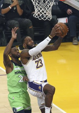 Archivo - 08 December 2019, US, Los Angeles: Los Angeles Lakers' LeBron James (R) goes in for a shot under pressure from Minnesota Timberwolves' Andrew Wiggins during the American NBA basketball match between Los Angeles Lakers and Minnesota Timberwolves