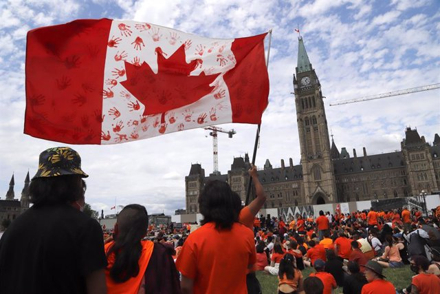 Archivo - 01 July 2021, Canada, Ottawa: People dressed in orange as they take part in the Every Child Matters march through the streets of Ottawa on Canada's Day to honour the memory of more than 1000 Indigenous children who lost their lives at residentia