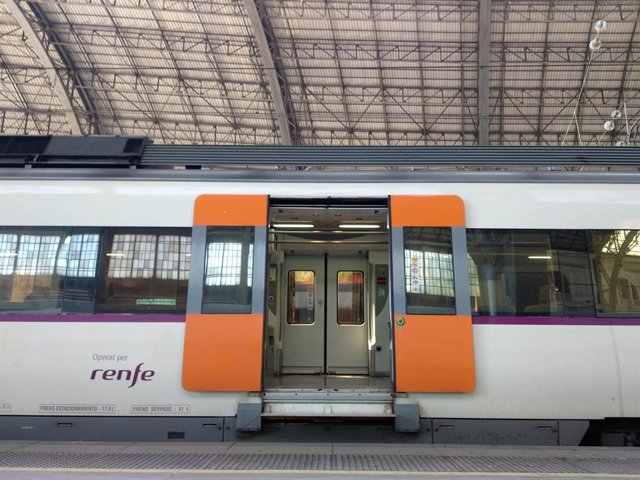 Archivo -  Un tren de Renfe.