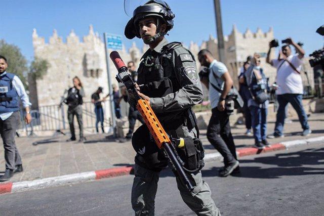 Archivo - Un membre de les forces de seguretat israelianes durant enfrontaments prop de la Porta de Damasc de la Ciutat Vella de Jerusalem.