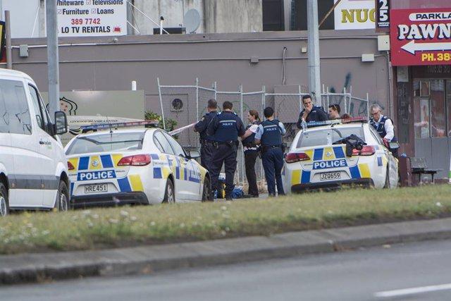 Archivo - Policías tras el atentado contra dos mezquitas en la localidad de Christchurch, en Nueva Zelanda