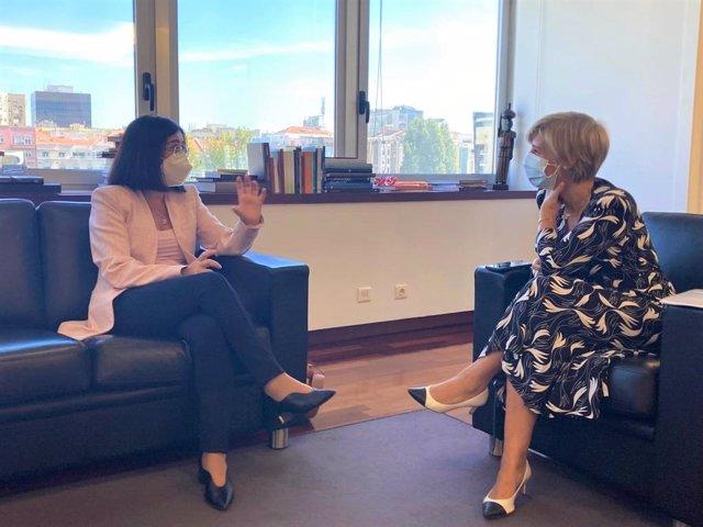 La ministra de Sanidad, Carolina Darias, ha mantenido esta semana en Lisboa un encuentro de trabajo con su homóloga portuguesa, Marta Temido y la embajadora de España en la República de Portugal, Marta Betanzos.