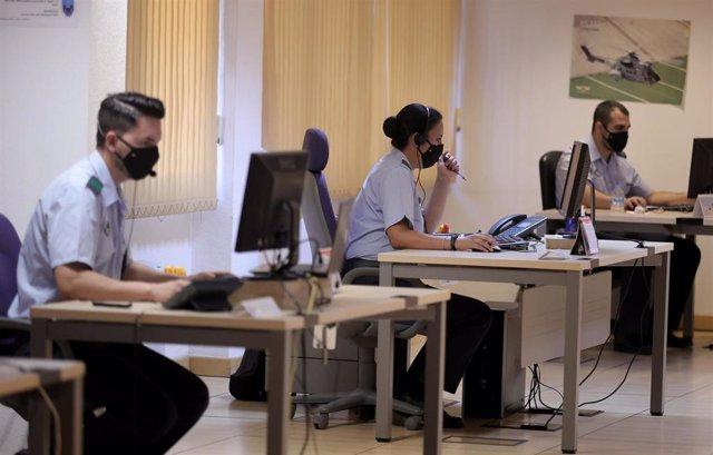 Archivo - Militares del equipo de rastreo de la Sección de Vigilancia Epidemiológica de la Base Aérea de Torrejón trabajan delante de un ordenador durante su jornada