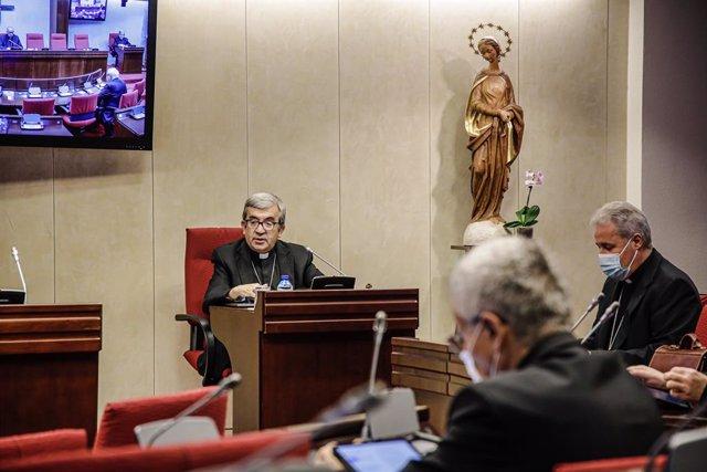 El sacerdote Luis Argüello interviene en una reunión de los componentes de la Comisión Permanente de la Conferencia Episcopal Española (CEE), a 28 de septiembre de 2021, en Madrid, (España). Durante hoy y mañana los componentes de la CEE se reúnen en un e