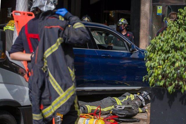 Dos ferits quan un cotxe ha envestit accidentalment una terrassa a Barcelona