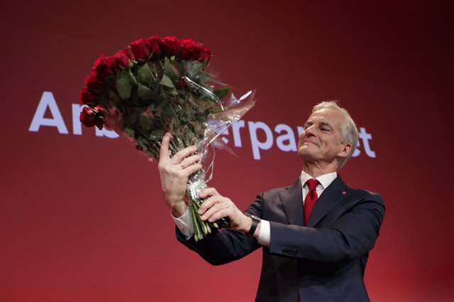 13 September 2021, Norway, Oslo: Norwegian  Labor leader Jonas Gahr Store holds a bouquet of red roses at the Labor Party's election vigil at Folkets hus in the Storting election 2021. Norway's centre-left Labour Party is set to be the largest bloc in the
