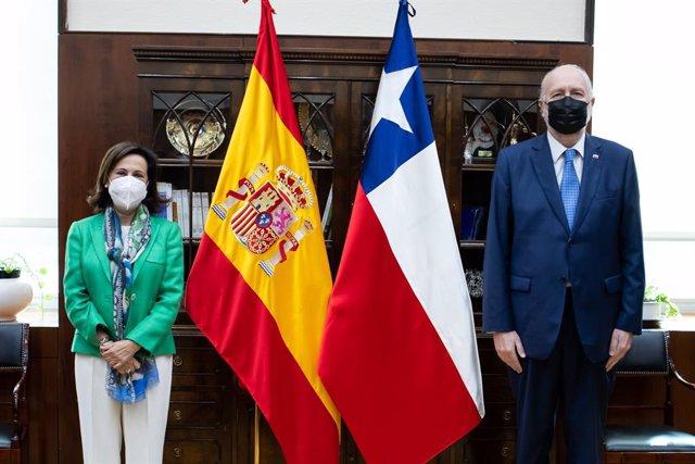 La ministra de Defensa, Margarita Robles junto a su homólogo chileno, Baldo Prokurica, en una reunión celebrada en el Ministerio de Justicia el 30 de septiembre de 2021 en Madrid.