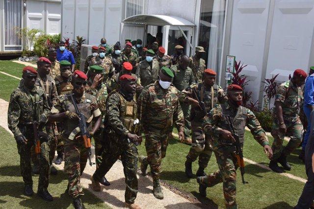 Miembros de las fuerzas especiales de Guinea se ven en Conakry, Guinea, el 6 de septiembre de 2021.
