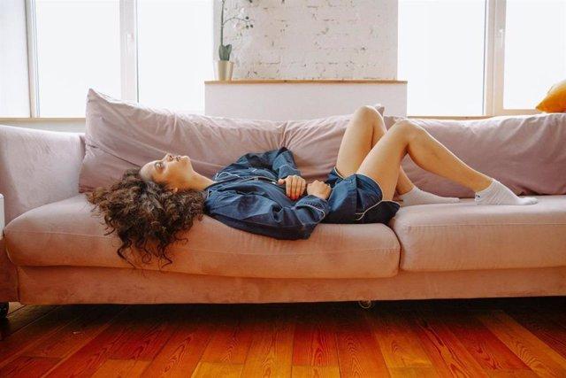 Archivo - Mujer con intestino irritable