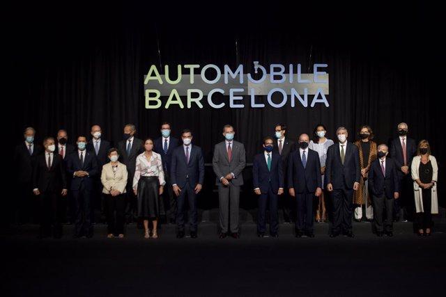 El rey Felipe VI y el presidente del Gobierno, Pedro Sánchez, presiden la fotografía de autoridades en el almuerzo inaugural del Automobile de Barcelona.