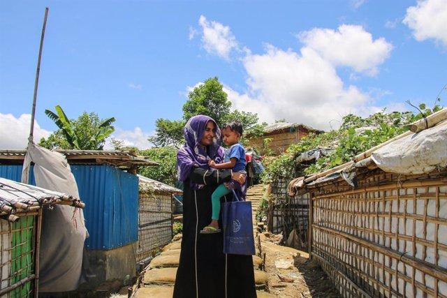 Archivo - Una madre refugiada rohingya y su hija