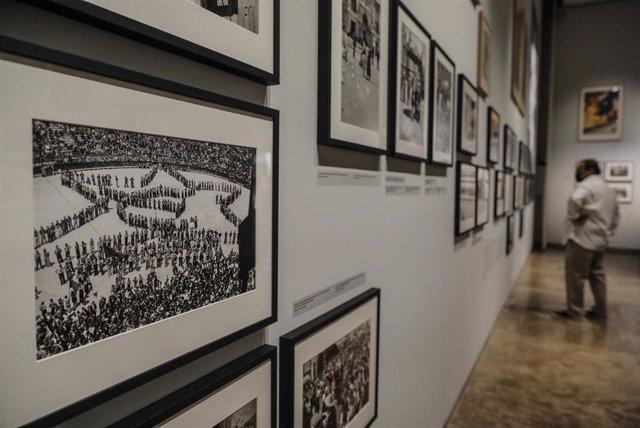 Una persona observa una de las fotografías de la exposición 'Dones i resistència. València, 1931-1939. Fotografies de Luis Vidal' en el Centro Cultural La Nau.