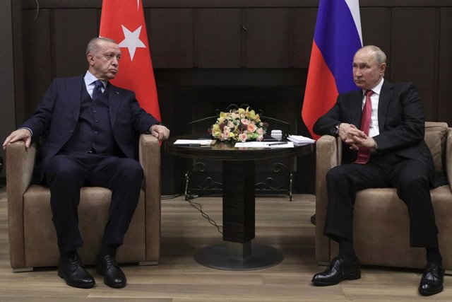 HANDOUT - 29 September 2021, Russia, Sochi: Russian President Vladimir Putin (R)meets with Turkish President Recep Tayyip Erdogan at the Bocharov Ruchei residence in Sochi. Photo: -/Kremlin/dpa - ATTENTION: editorial use only and only if the credit menti