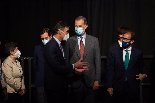 Pau Relat amb Pedro Sánchez i Felip VI a l'Automobile