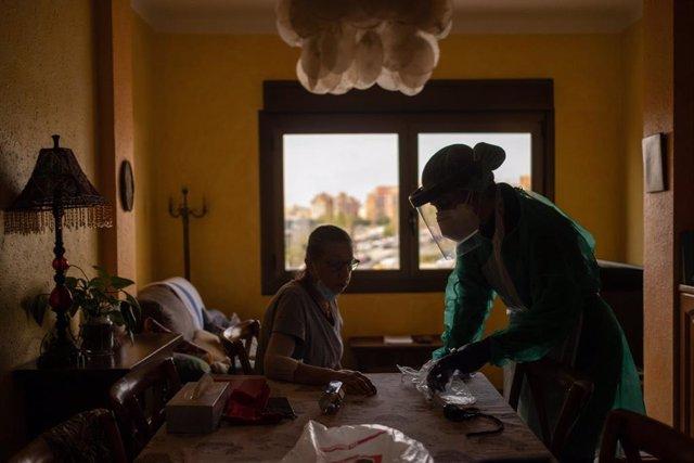 Archivo - Cvirus.- Las unidades de hospitalización a domicilio triplican su actividad por la pandemia, según expertos