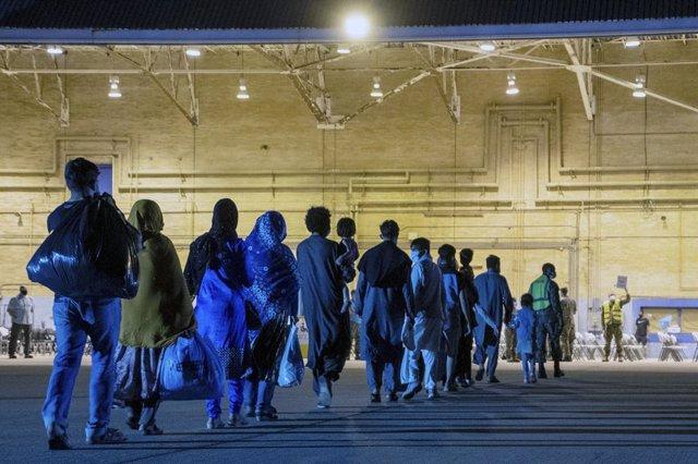 Un grupo de refugiados afganos llega a la base de Rota tras salir de Kabul.