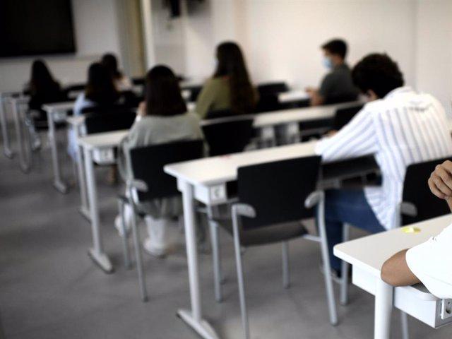 Alumnos en una clase de la Facultad de Humanidades y Ciencia de la Comunicación de la Universidad privada CEU San Pablo durante el primer día del curso 2020-2021, en Madrid (España).