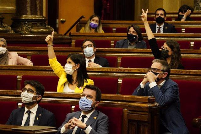 Els diputats d'ERC i Junts voten dividits sobre la taula de diàleg entre governs al Debat  de Política General en el Parlament