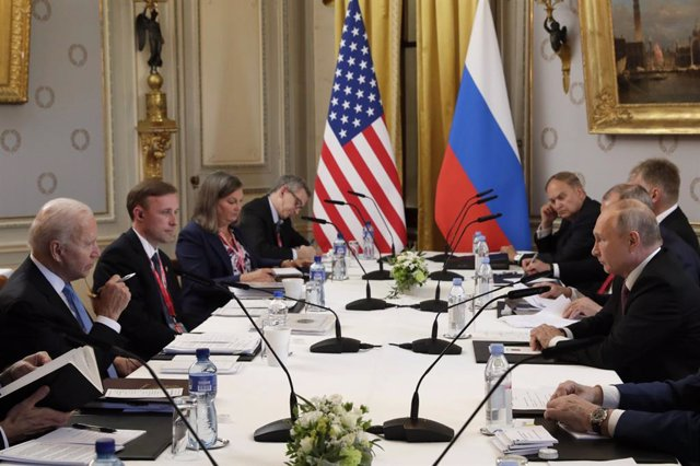 Archivo - HANDOUT - 16 June 2021, Switzerland, Geneva: USPresident Joe Biden (L) attends and Russian President Vladimir Putin (R) hold a joint meeting. Photo: -/Kremlin/dpa - ATTENTION: editorial use only and only if the credit mentioned above is referen