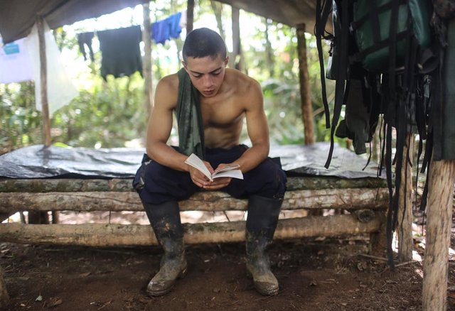Imagen de archivo tomada en 2016 a uno de los guerrilleros de las FARC que se acogió al acuerdo de paz.