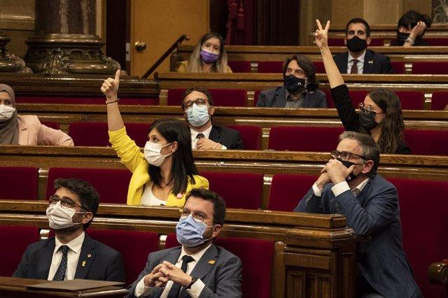 (I-D) El conseller de Territori i Sostenibilitat, Damià Calvet; la secretària general adjunta i portaveu d'ERC, Marta Vilalta i el president de la Generalitat, Pere Aragonès, en un debat de Política General en el Parlament de Catalunya, a 30 de septie