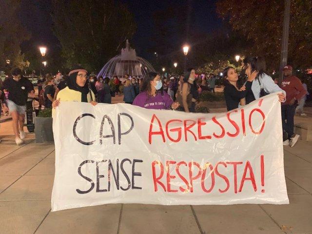 Manifestants durant la concentració de rebot a les víctimes de violència masclista