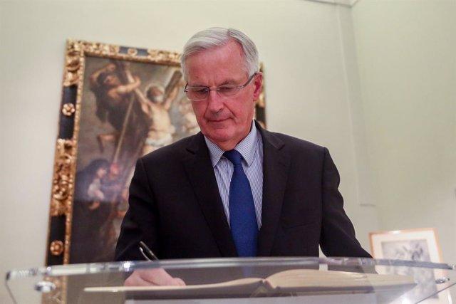 El excomisario europeo Michel Barnier, firma el libro de la Fundación, después de una entrevista con Europa Press en la Fundación Carlos de Amberes, a 30 de septiembre de 2021, en Madrid, (España).