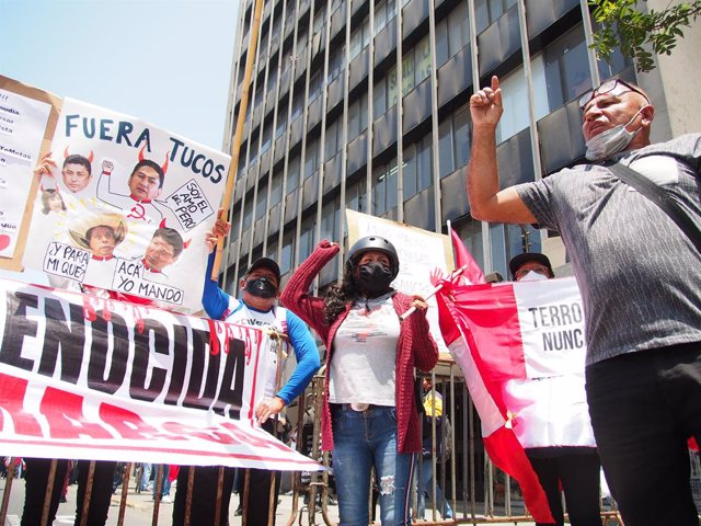 30 September 2021, Peru, Lima: People hold placards in front of the Peruvian congress during a protest against the Labor Minister Iber Maravi for his alleged links to terrorism. Photo: Carlos Garcia Granthon/ZUMA Press Wire/dpa