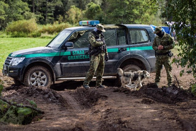 01 September 2021, Poland, Wojnowce: Border guards block the road to the border zone in Usnarz Gorny village. The Polish government is introducing a State of Emergency on the border with Belarus in two voivodeships (the highest-level administrative divisi
