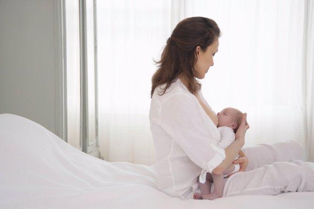 Archivo - Lactancia, mujer bebé pecho