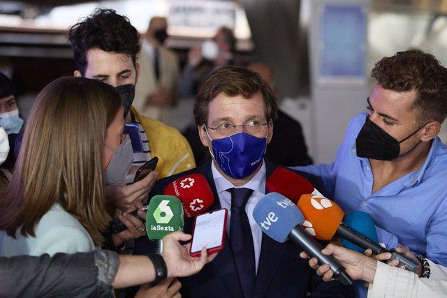 El alcalde de Madrid, José Luis Martínez-Almeida, responde a los medios a su llegada al cuarto diálogo titulado 'La ciudad como factor clave para el desarrollo económico y social', en CaixaForum, a 14 de septiembre de 2021, en Madrid (España). El diálogo
