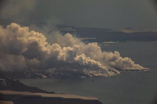 Vista general del núvol tòxic format pel contacte de la lava del volcà Cumbre Vieja amb el mar
