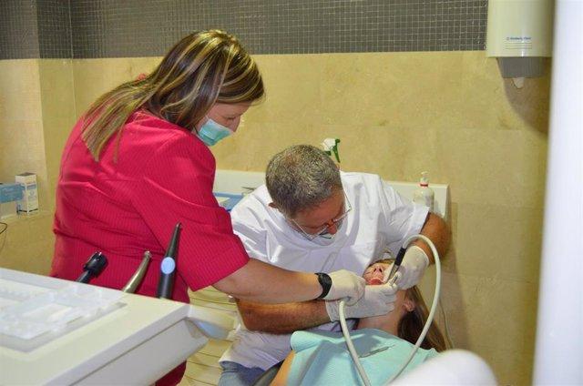 Archivo - Dentista revisa la salud bucodental de un paciente