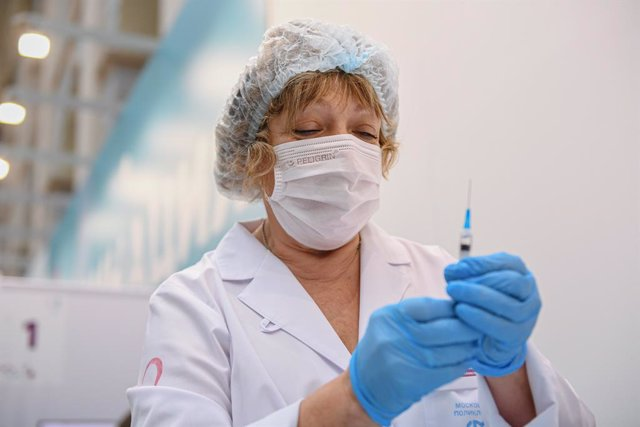(210930) -- MOSCOW, Sept. 30, 2021 (Xinhua) -- A health worker prepares a dose of COVID-19 vaccine at a vaccination center in Moscow, Russia, Sept. 30, 2021.