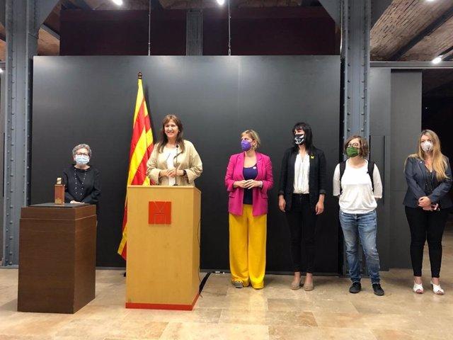 La presidenta del Parlament, Laura Borràs, la directora del Museu d'Història, Margarida Sala, la vicepresidenta primera del Parlament, Alba Vergés, la secretària segona de la Mesa, Aurora Madaula, i la diputada de la CUP Eulàlia Reguant en l'acte