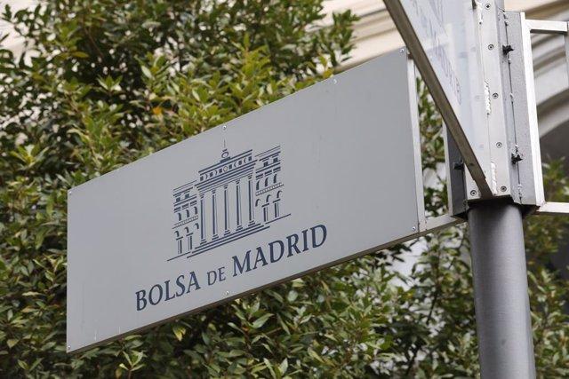 Archivo - Cartel colocado en las inmediaciones del edificio de La Bolsa de Madrid en Madrid (España), a 27 de marzo de 2020.