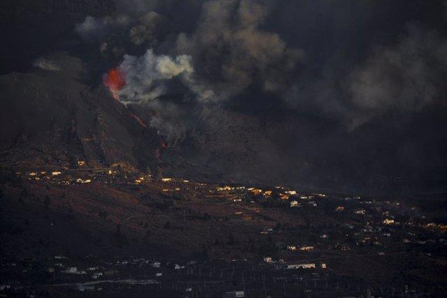 La colada de lava del volcà Cumbre Vieja es dirigeix cap al mar