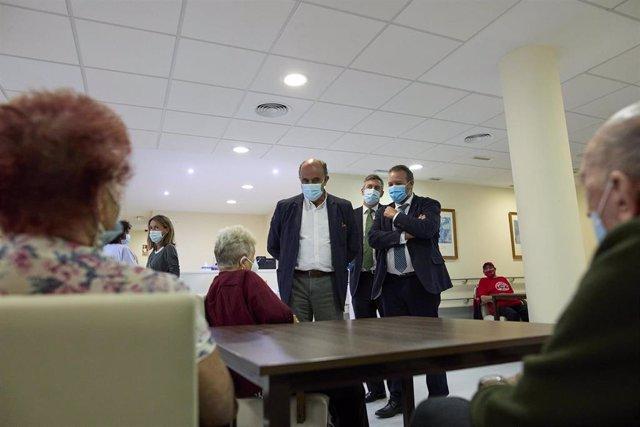 El viceconsejero de Asistencia Sanitaria y Salud Pública de la Comunidad de Madrid, Antonio Zapatero, durante su visita a la Residencia de Mayores Vista Alegre.
