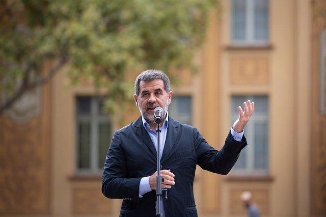 El secretari general de Junts, Jordi Sànchez, durant l'acte d'Òmnium per l'1-O davant l'escola Ramon Llull de Barcelona